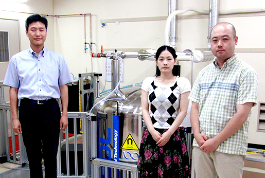 Dr. Kwon and staff (700 MHz instrument in the background)