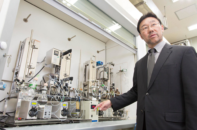 Professor Kobayashi explaining the flow synthesis system
